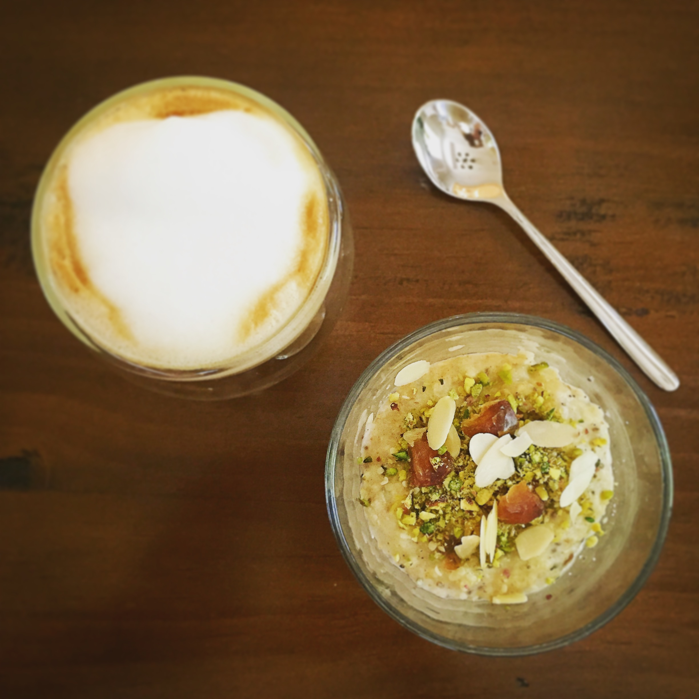 Oatmeal with dates, pistachio and cardamom